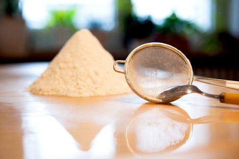 Mehl für Vanillekipferl sieben